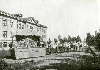 Parade float for the Sweet Pea Carnival, 1911.